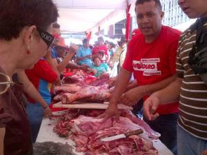 "Angel Prado, spokesman of the Commune El Maizal of Lara state, cutting meat and selling to the people in Caracas square in a very good price.  He said: ""Here what is missing is that these actions of popular food distribution, should not be spasmodic or intermittently but permanently and coordinated. So we break the neck of the economic war and eliminate the middlemen speculators."""