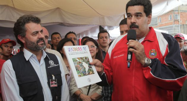 FAO representative for Venezuela, Marcelo Resende with the President of the Bolivarian Republic of Venezuela Nicolas Maduro.