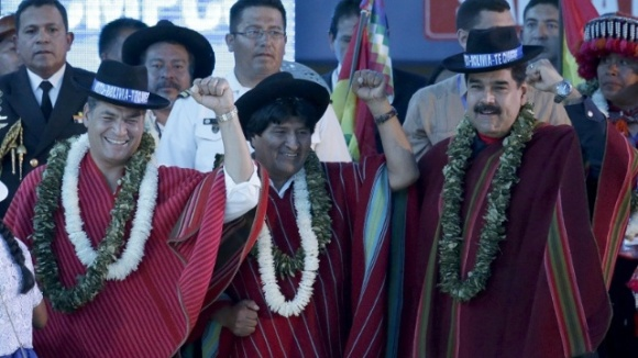 Bolivian President Evo Morales (C) gestures with the presidents of Ecuador and Venezuela during a closing ceremony of the climate change conference in Bolivia, Oct. 12, 2015.  www.teleSURtv.net